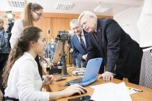 Сергей Жвачкин в лаборатории экспериментальной физики